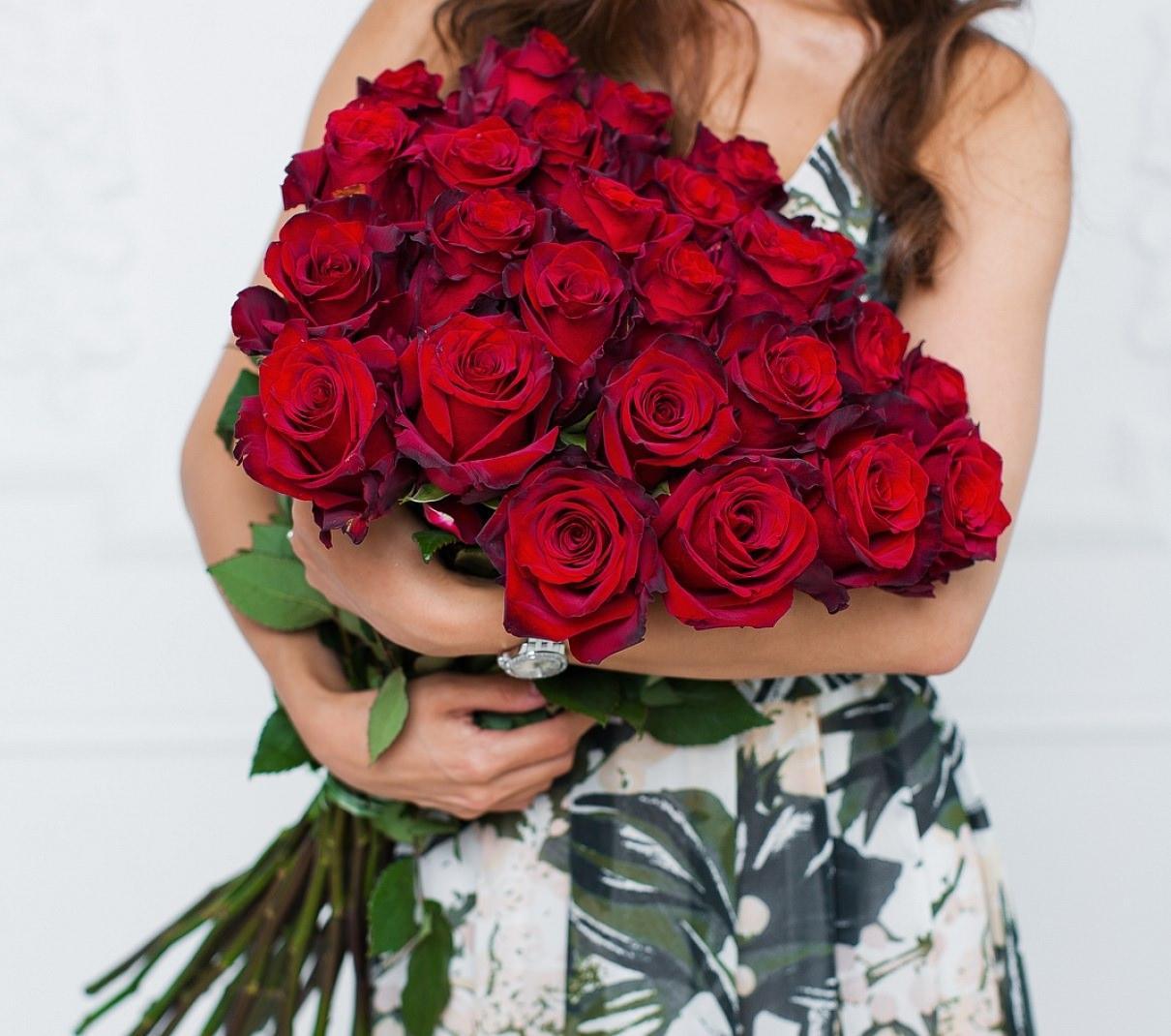 Розы красные букет и девушка